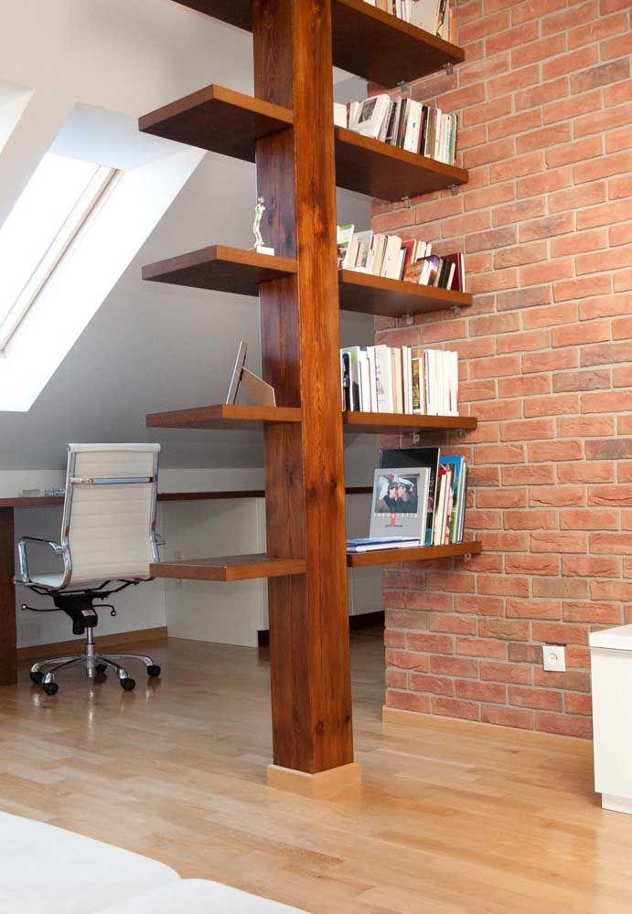 A viga de madeira ganhou braços e se transformou em uma estante criativa para livros