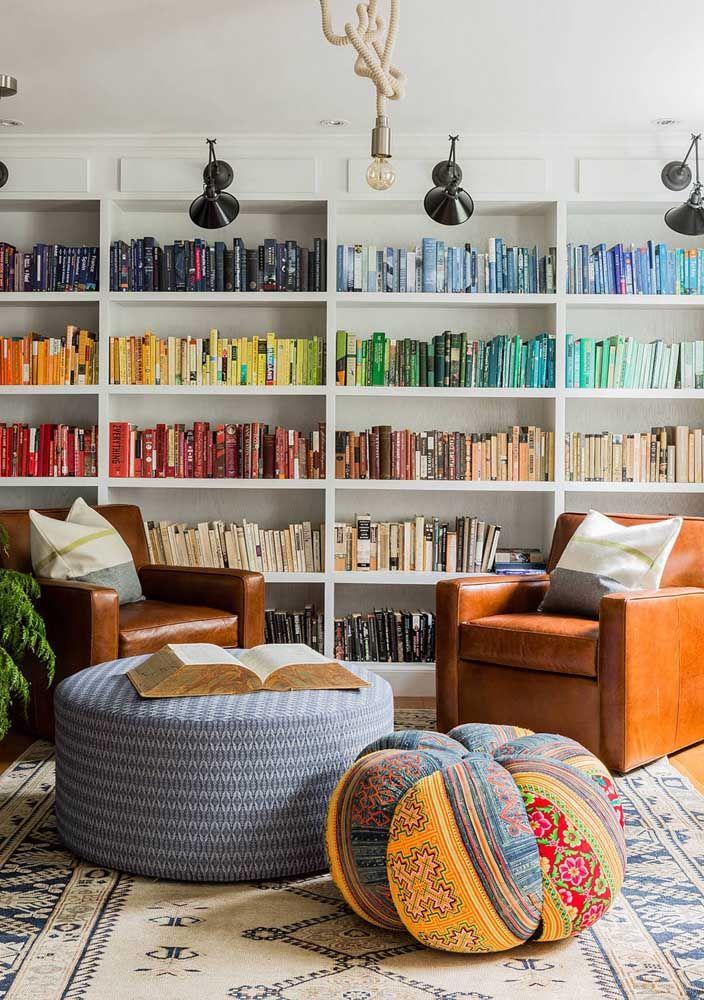 Livros organizados por cor; está aí uma nova forma de expor seus títulos