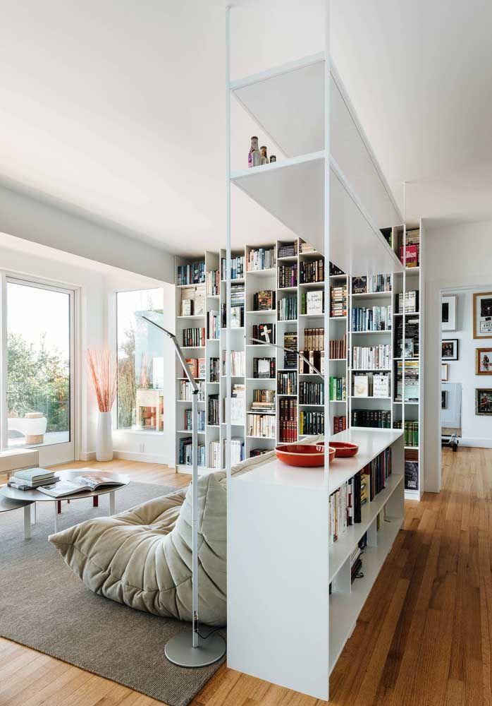 A divisória de ambientes pode ir muito além da sua função tradicional, ela pode abarcar livros