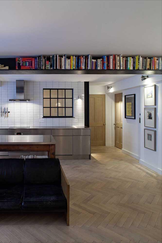 Ambientes pequenos também podem acomodar os livros muito bem, para isso instale prateleiras altas, rentes ao teto