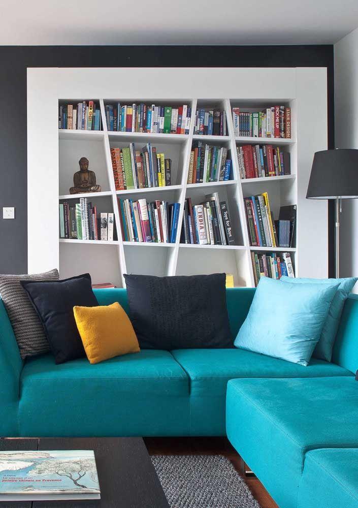 A simetria passa longe dessa estante embutida para livros; a proposta aqui foi criar um espaço despojado e divertido