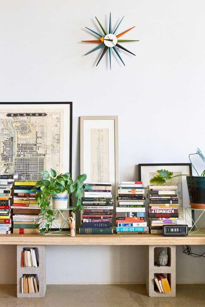 Mas se você prefere algo mais despojado, vai adorar a ideia de construir uma prateleira para livros usando apenas blocos de cimento e uma tábua de madeira