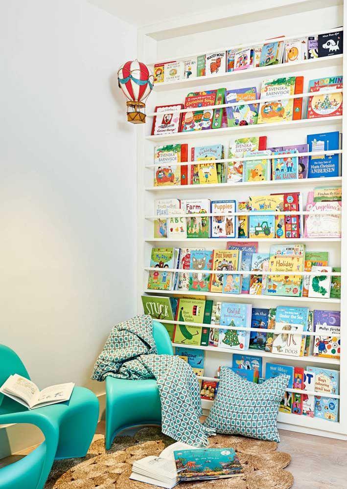 Para os livros infantis, prefira as prateleiras com apoio na frente; eles permitem que os livros sejam expostos pela capa, facilitando a localização