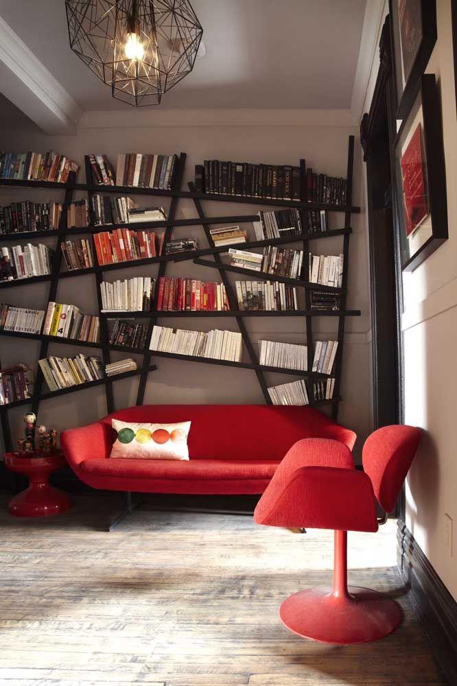 O ambiente moderno e jovial apostou em prateleiras desalinhadas e diagonais para os livros