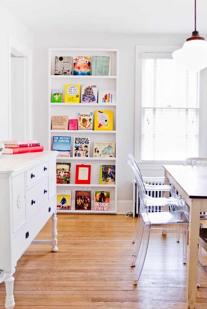 Livros na sala de jantar