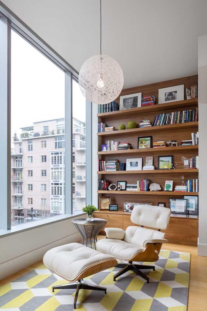 Os livros dessa casa foram organizados junto a enorme janela, sendo banhados por luz o dia todo