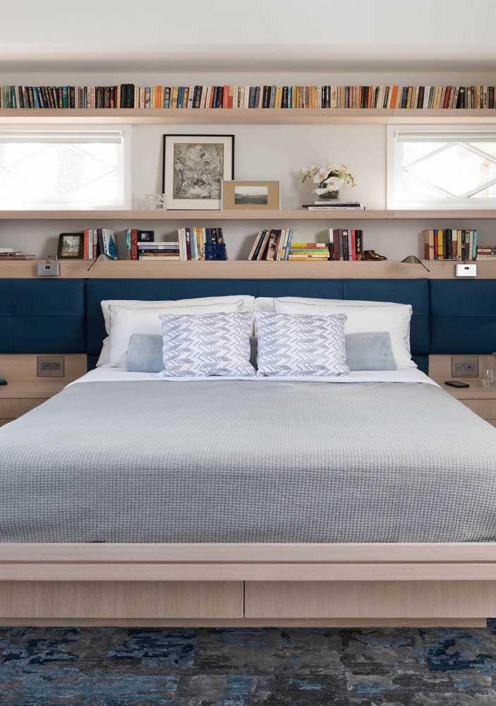 Sob a cabeceira da cama, organizados de modo impecável