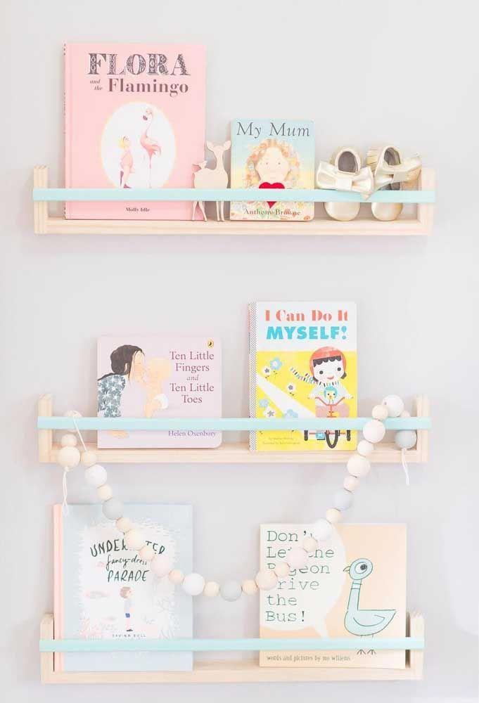 Cores delicadas para esse trio de prateleira para livros para o quarto infantil