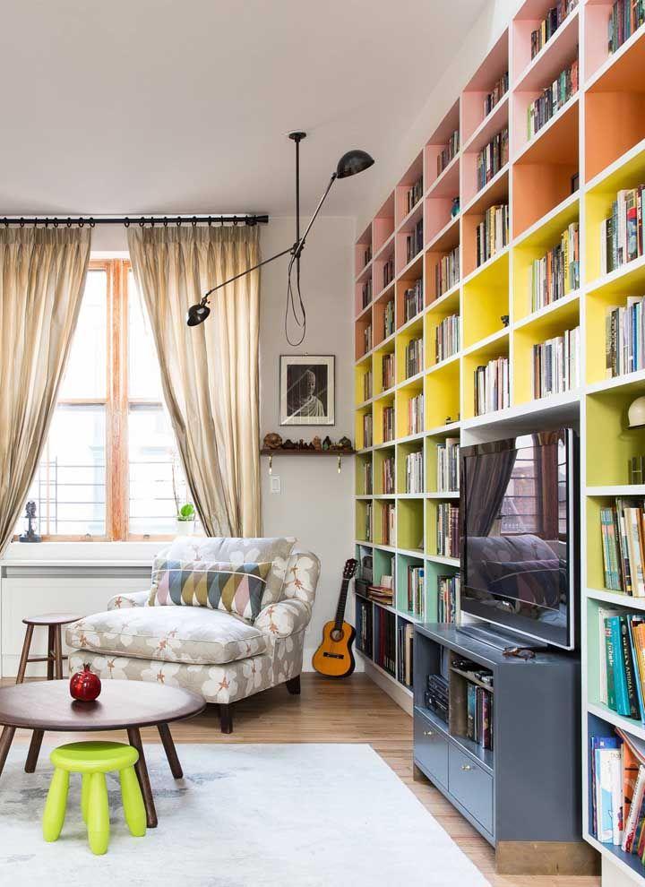 Prateleiras coloridas para os livros