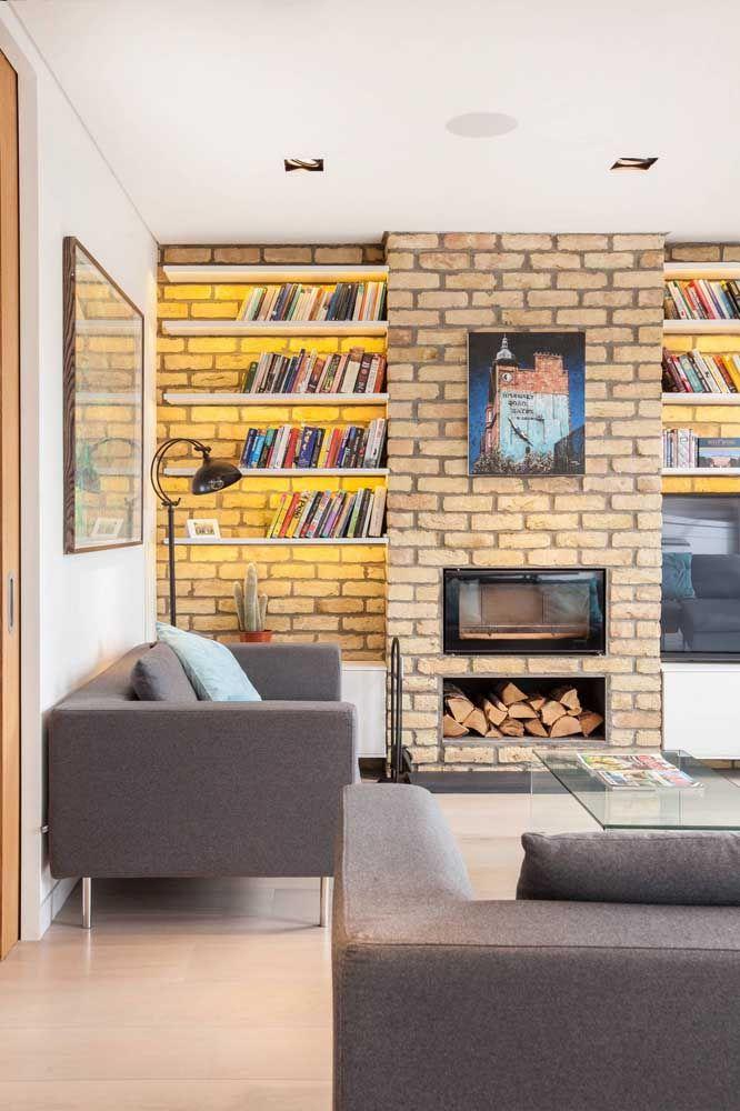 As fitas de LED trazem profundidade e um reforço na decoração dessas prateleiras para livros