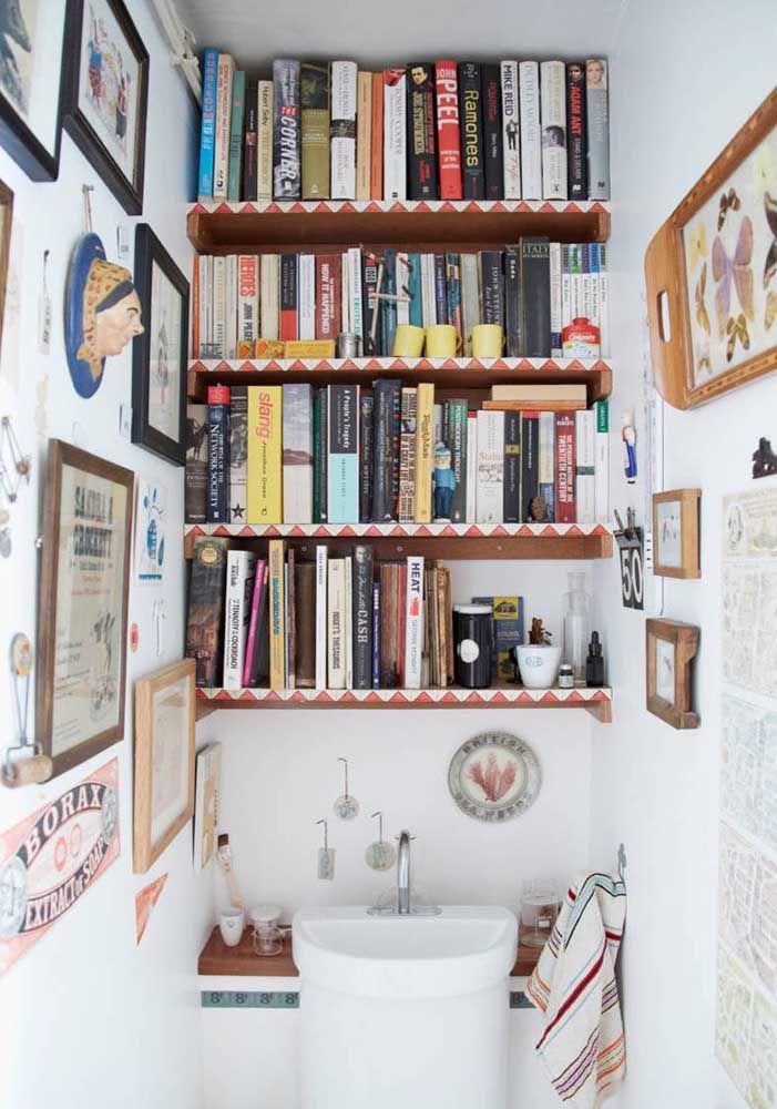 Já pensou em organizar os seus livros no banheiro?