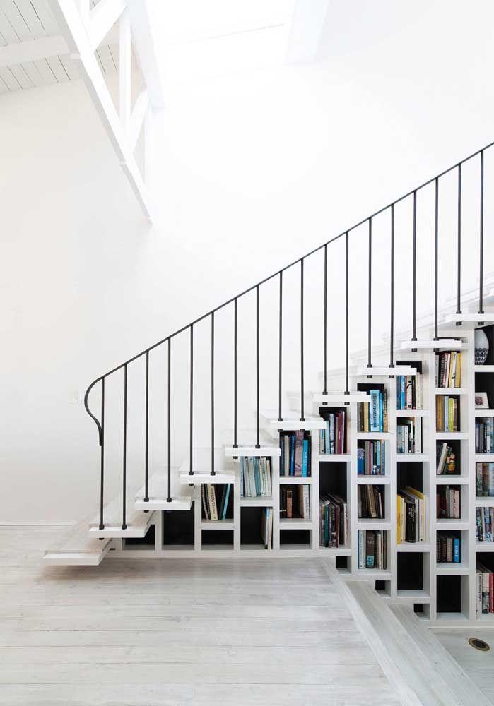 Nichos para livros embaixo da escada; veja que visual incrível eles proporcionam ao ambiente