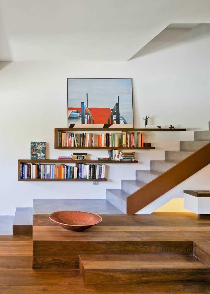 Qualquer cantinho da casa pode ser decorado com livros, uma vez que as prateleiras ocupam pouquíssimo espaço