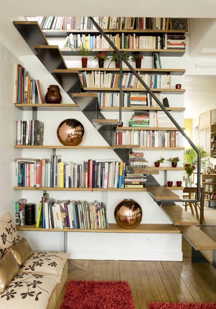 Uma escada rodeada por livros