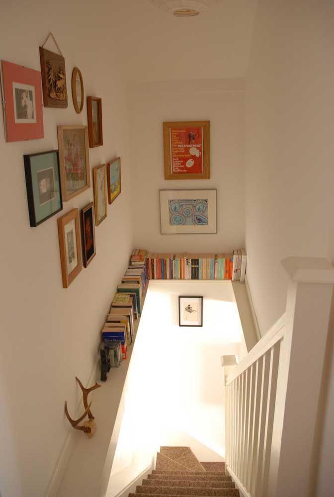 A escada sempre pode ser melhor aproveitada; aqui, ela passa a ser a guardiã dos livros