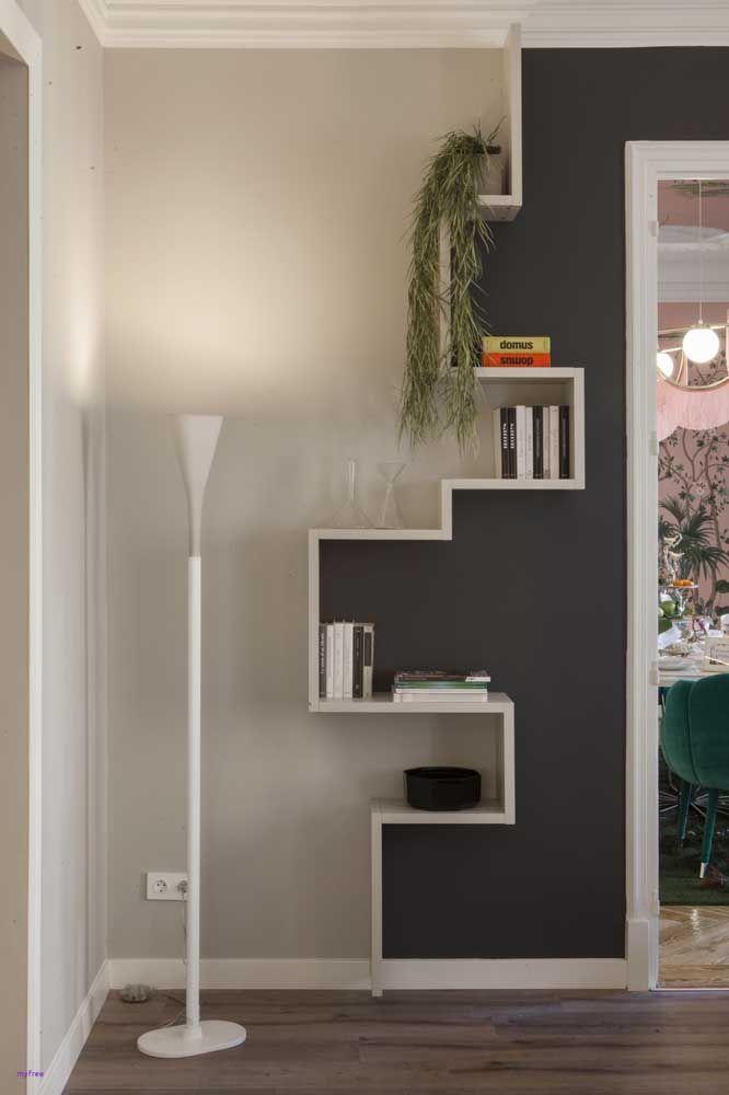 Que proposta diferente por aqui; as prateleiras criam um efeito visual muito interessante ao se ajustar entre as duas cores da parede