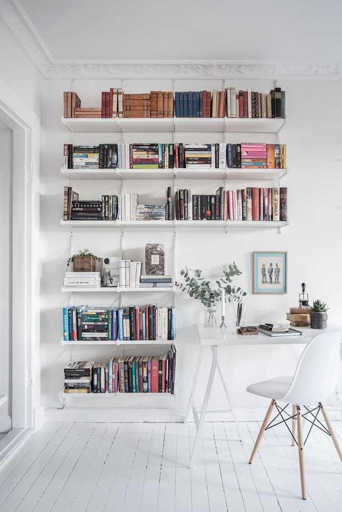 O ambiente escandinavo pede por prateleiras brancas para os livros