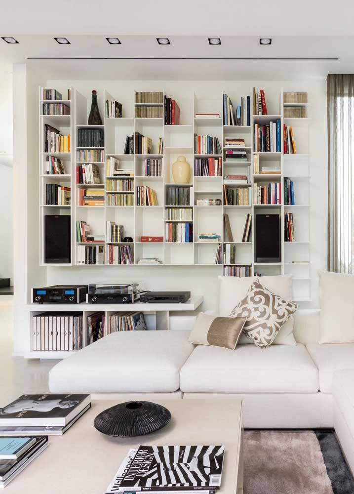 Se a proposta é ter muitas prateleiras e ainda assim manter um ambiente clean, aposte nas cores claras e em uma instalação simétrica e regular