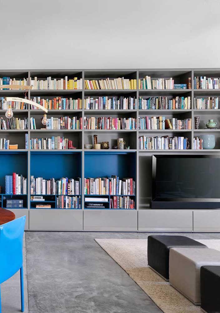 Nessa sala, o fundo colorido garantiu um charme extra para as prateleiras de livros