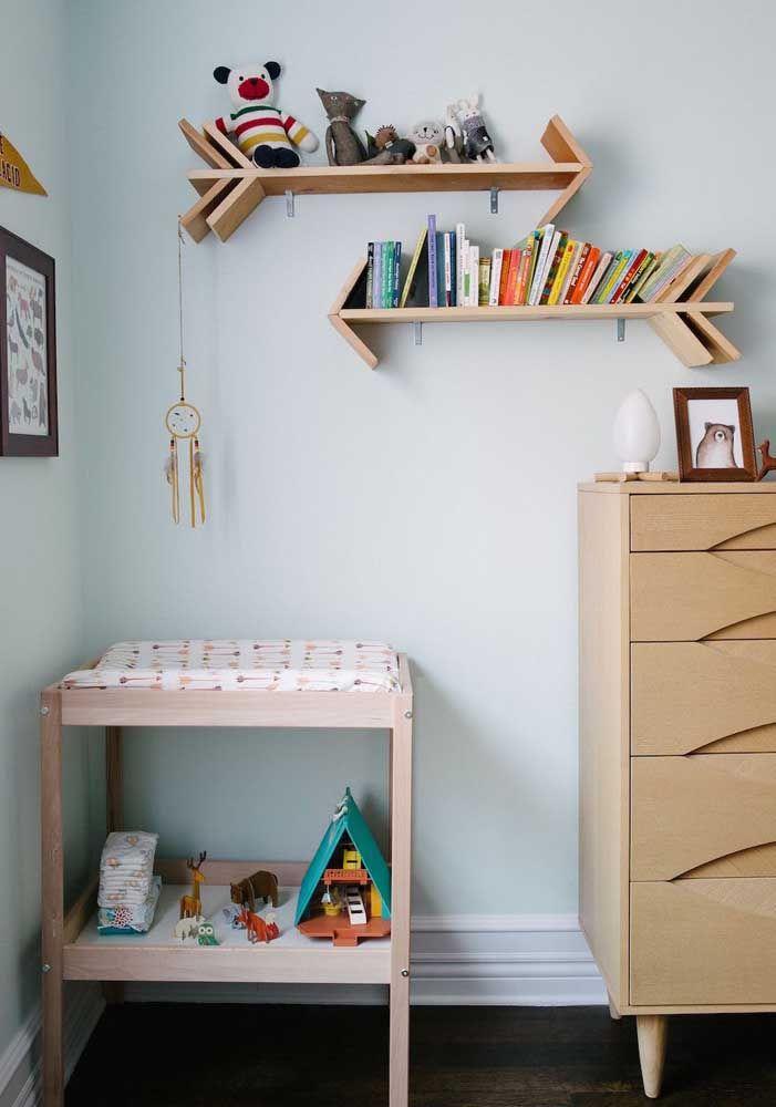 Prateleiras em formato de setas organizam livros e brinquedos