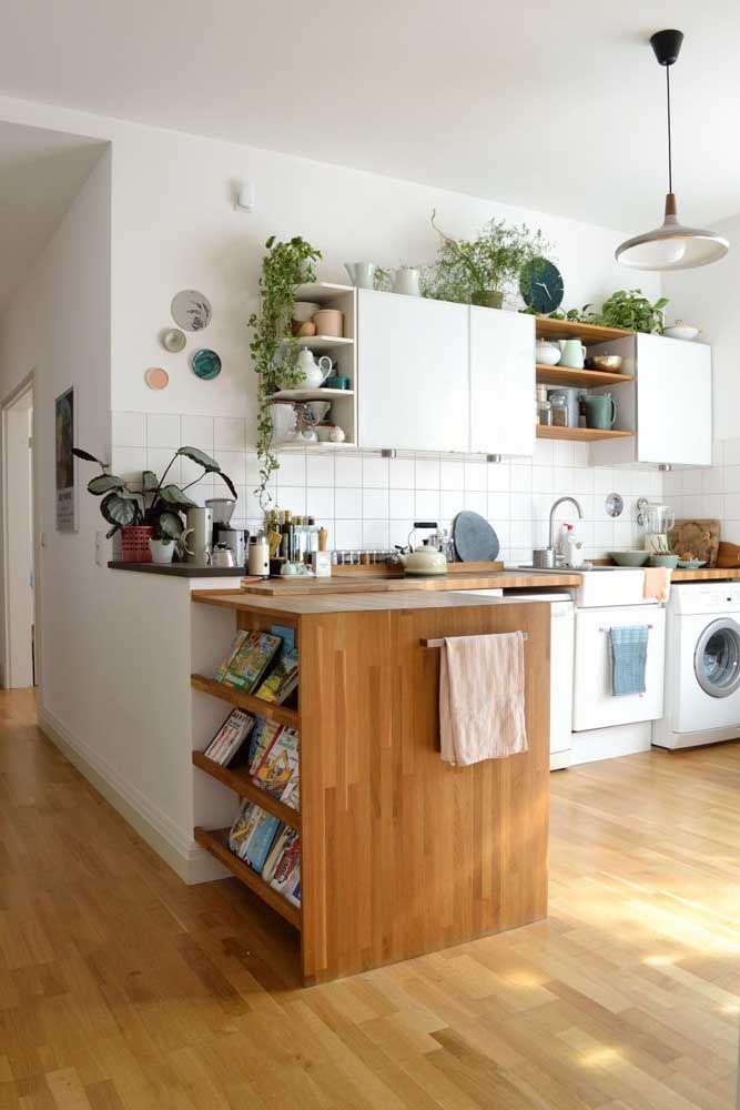O balcão entre a cozinha e a sala de estar foi o lugar escolhido para esses livros