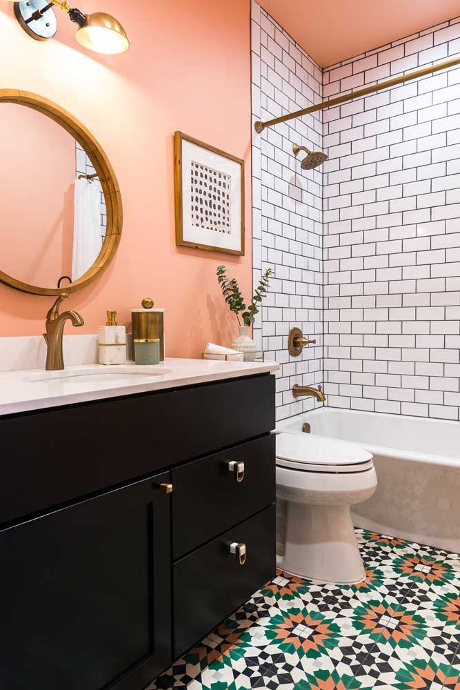 Um banheiro que mescla o retrô com o romântico, mas em combinações super atuais como o dourado e o coral