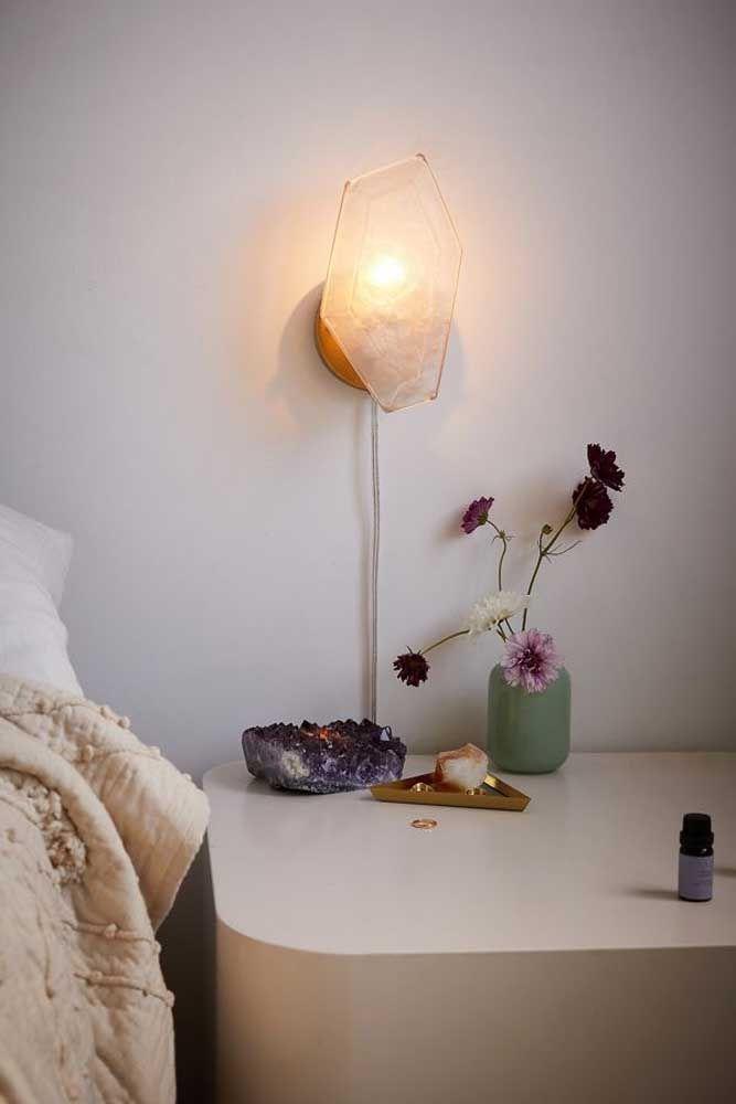 Ao lado da cama, a drusa de ametista e o citrino amarelo enchem o quarto de beleza e energias positivas