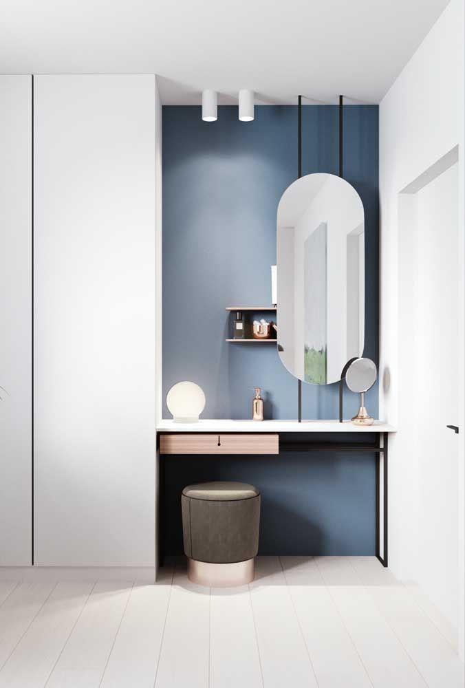 O espelho oval no banheiro quebra a hegemonia de traços retos