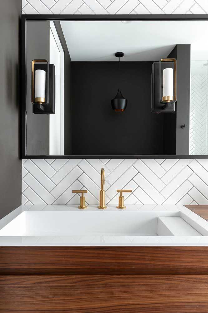 Já aqui a combinação entre o dourado, o preto e branco realçam o estilo elegante e sóbrio da decoração