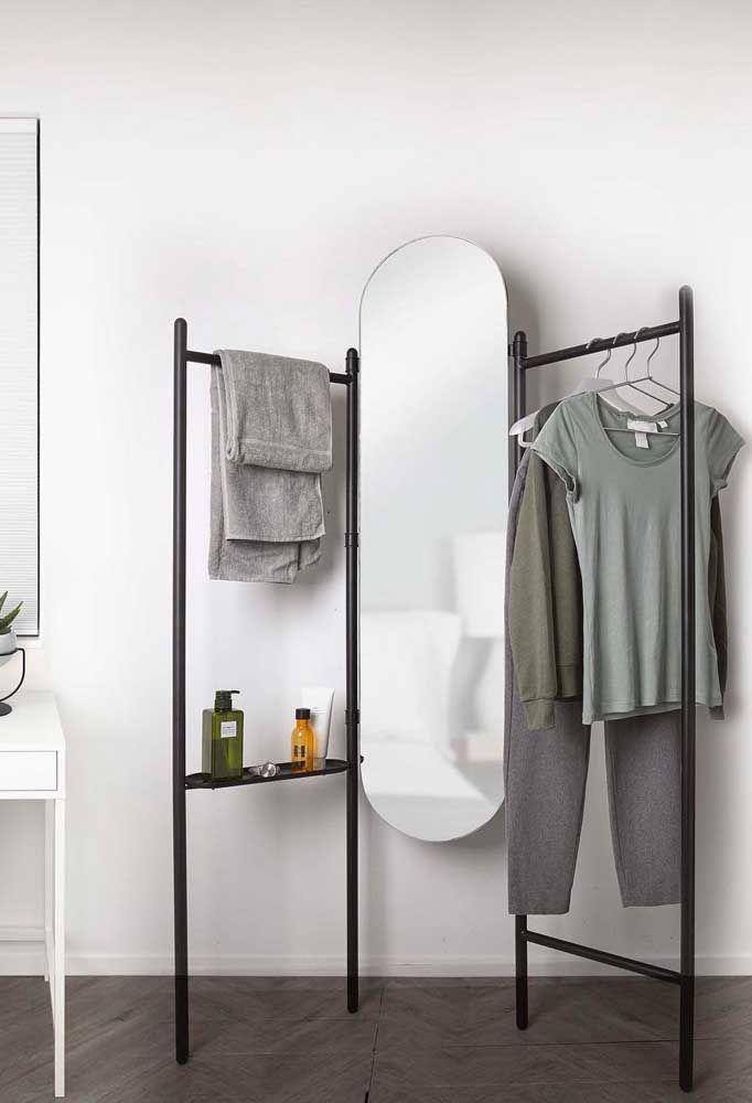 Para o closet aberto um grande espelho oval