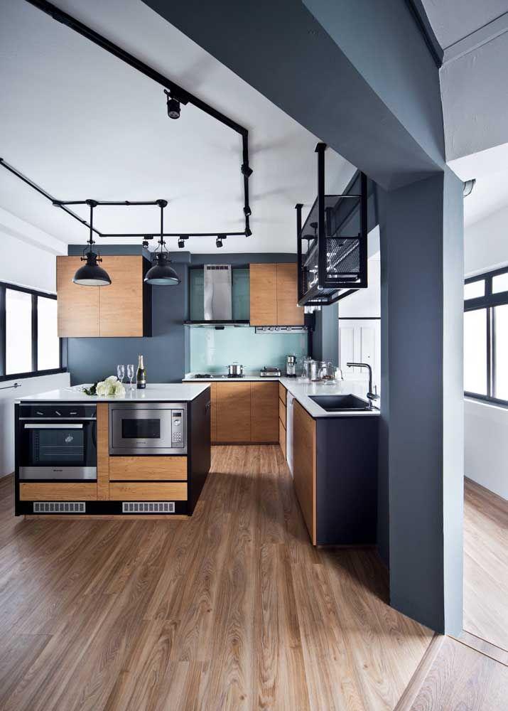 Uma cozinha tipicamente influenciada pelo estilo industrial com detalhes em metal