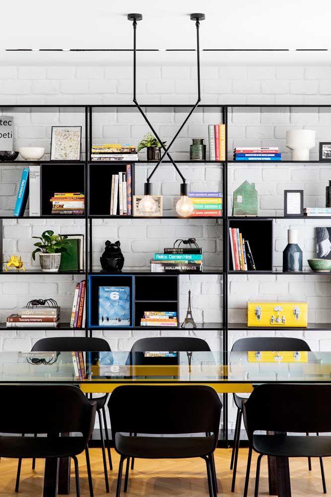 A estante toda metálica desse escritório se harmoniza com a luminária no mesmo estilo
