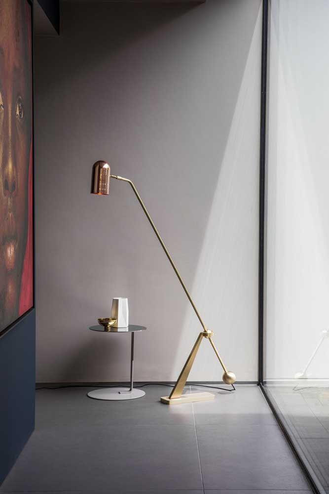 Dourada, vertical e direcionável: está com tudo essa luminária