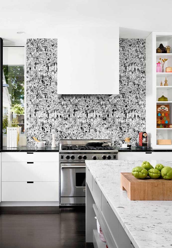 A parede junto ao fogão e a coifa recebe um painel adesivo de desenho
