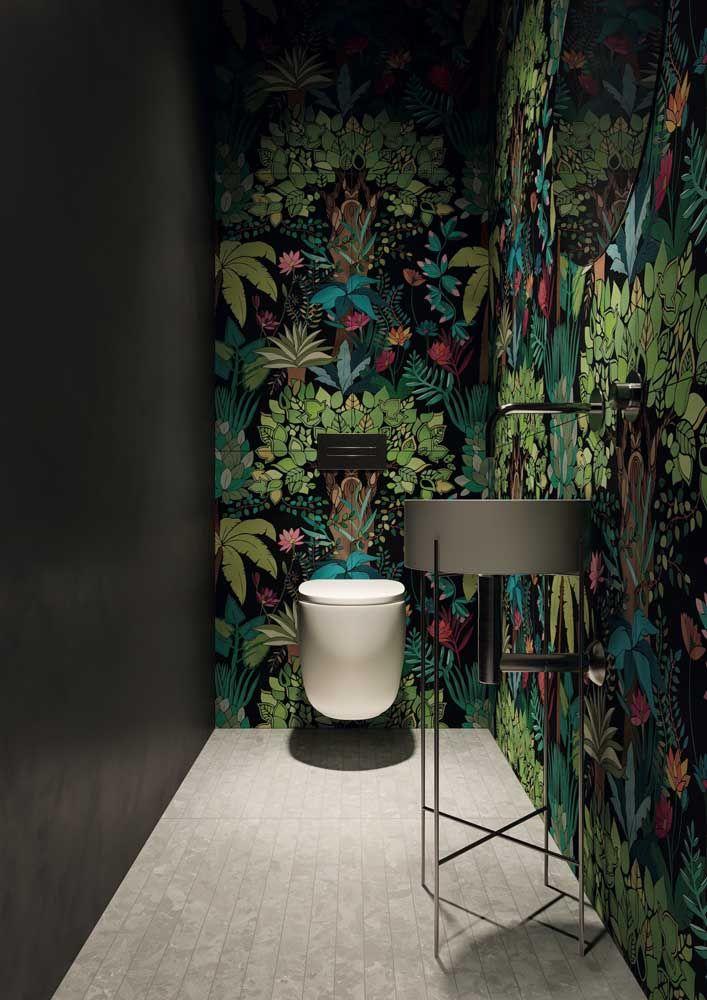 Estampa marcante do painel em contraste com a parede preta, o resultado é um lavabo cheio de personalidade e estilo