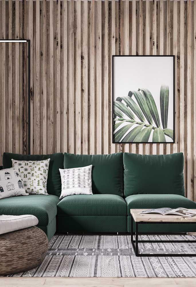 Painel de madeira para sala: o tom de verde do sofá e do quadro dá ainda mais força ao conceito de natureza impregnado no material