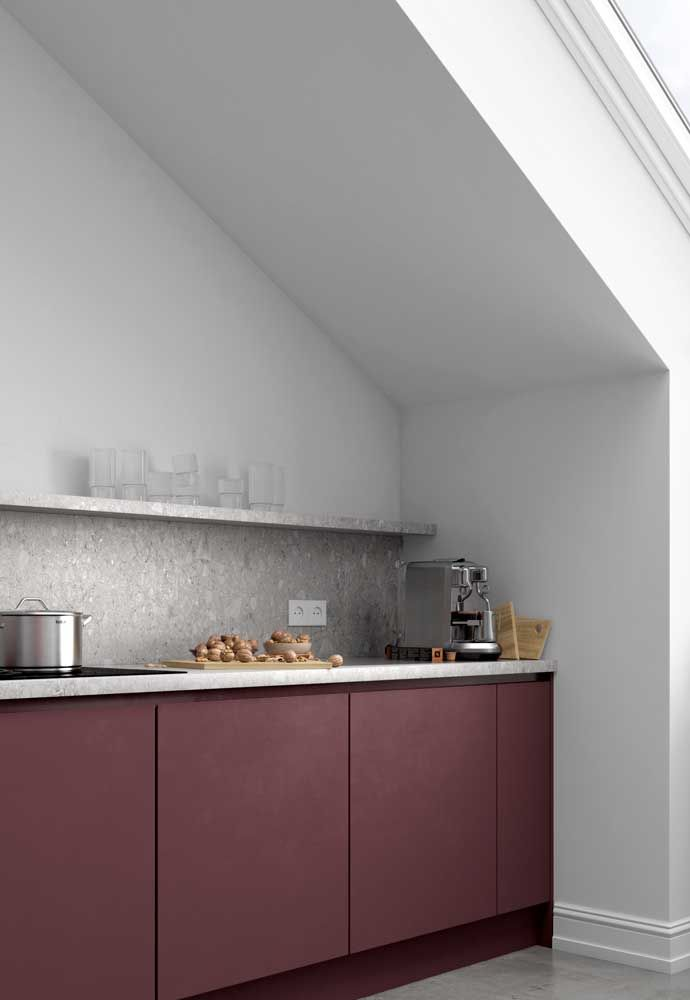 O cinza claro da bancada continua na parede dessa cozinha