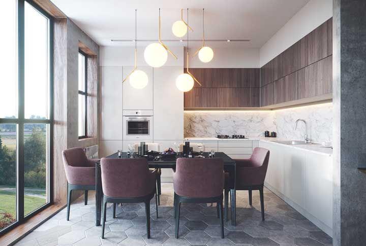 A cozinha integrada à sala de jantar apostou na sofisticação do mármore para completar o projeto