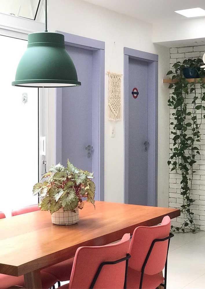 O tom suave de lilás destaca essa dupla de portas