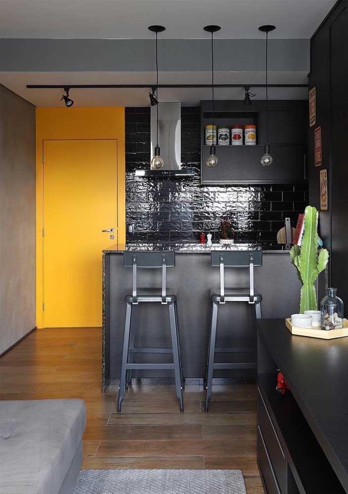 A porta amarelo ouro é o ponto focal desse ambiente industrial