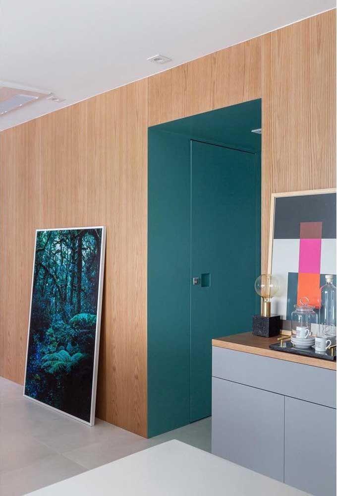 Azul vivo da porta em combinação harmoniosa com o tom amadeirado da parede