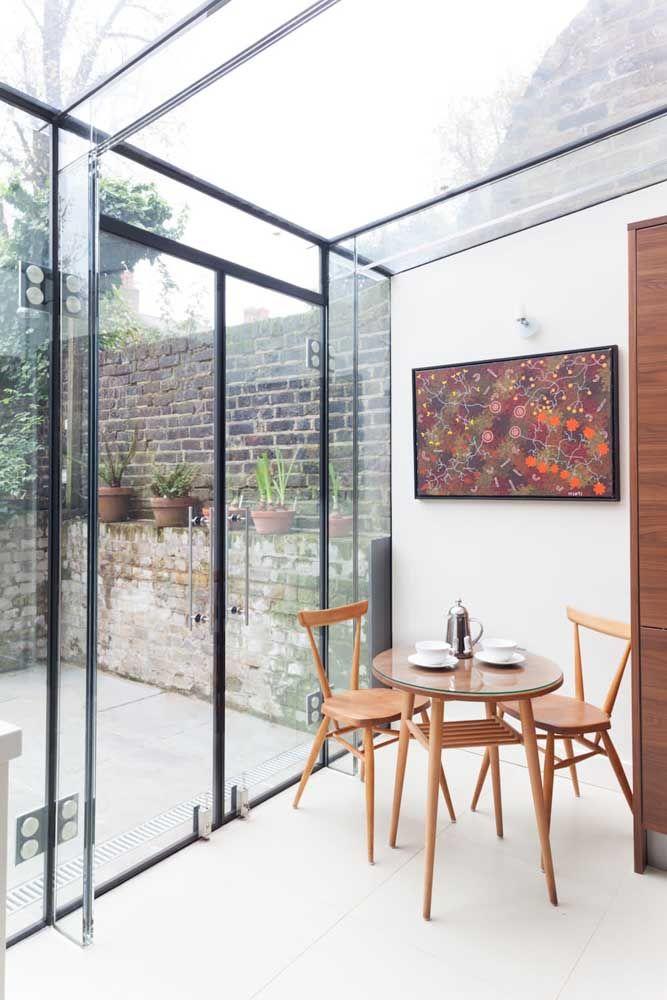 """Área externa fechada pela """"caixa de vidro"""" com estruturas pretas"""