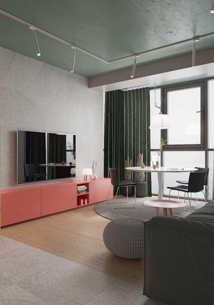 Rack coral em contraste com os tons de cinza da sala de estar; repare como a cor traz ânimo e vida ao ambiente