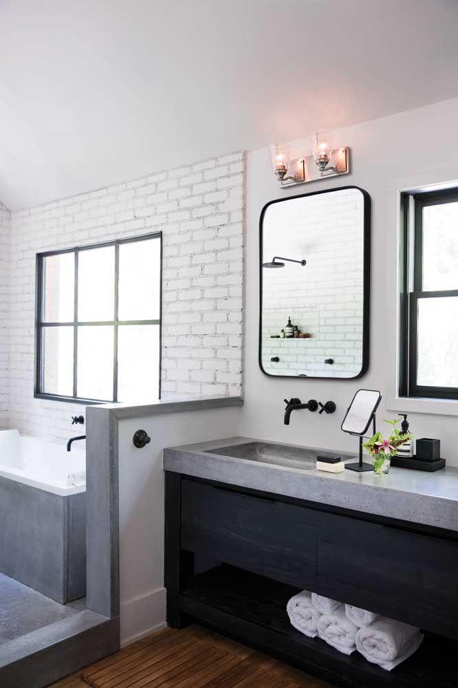 Torneira de parede preta combinando com os demais acessórios do banheiro