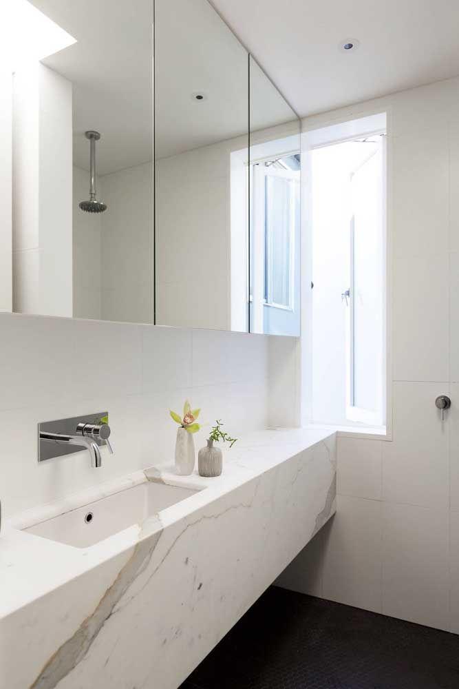 O banheiro clean apostou na nova tendência das torneiras de parede
