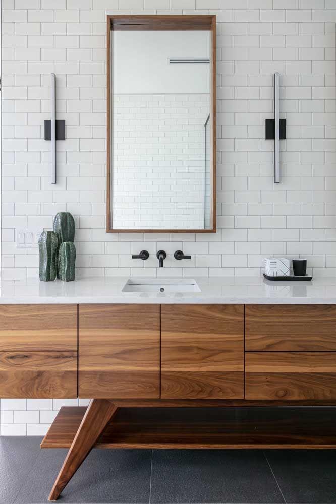 Torneira de parede preta para contrastar com o revestimento branco