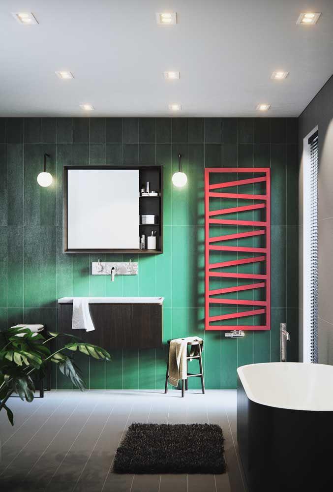 O banheiro moderno e de cores marcantes investiu na nova tendência de decoração