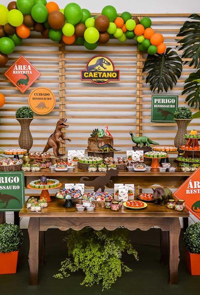 Na festa dinossauro você pode usar o filme Jurassic Park como tema principal do aniversário.