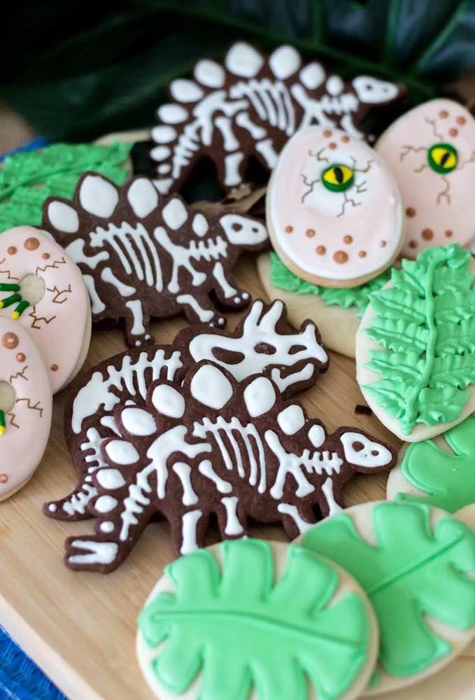 Prepare alguns biscoitos com formatos variados como dinossauros, folhas, entre outros elementos que fazem referência ao tema.