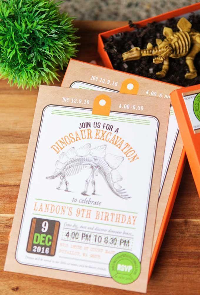 Use a criatividade para fazer o convite de aniversário com o tema dinossauro. Você pode convidar os amiguinhos para uma escavação ou para entrar no filme Jurassic Park